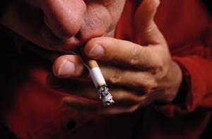 Raucher sind häufiger als Nichtraucher von Morbus Crohn betroffen.
